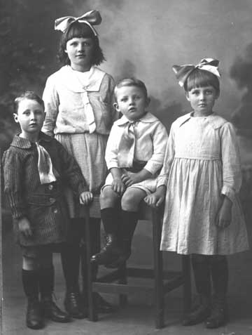 alfred and alice and family in 1921=